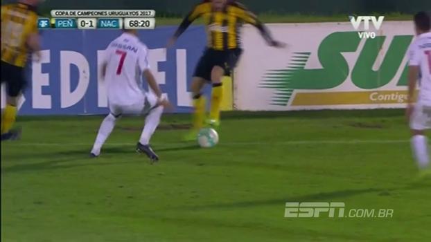 Humilhou! Em clássico uruguaio, jogador do Peñarol dá rolinho maravilhoso em rival do Nacional; veja