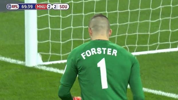 Em levantamento fechado na área, Forster dá soco na bola para afastar o perigo