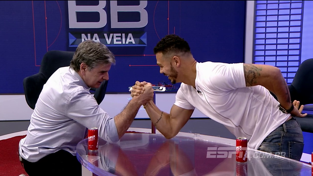 Após beber 'Super Week', Nílton tira braço de ferro com João 'Canalha' ao vivo no Bate Bola