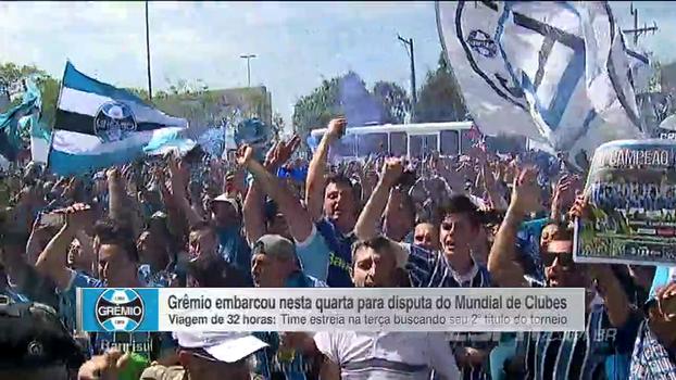 Torcida do Grêmio faz festa no aeroporto e é saudada pelo elenco antes de embarque