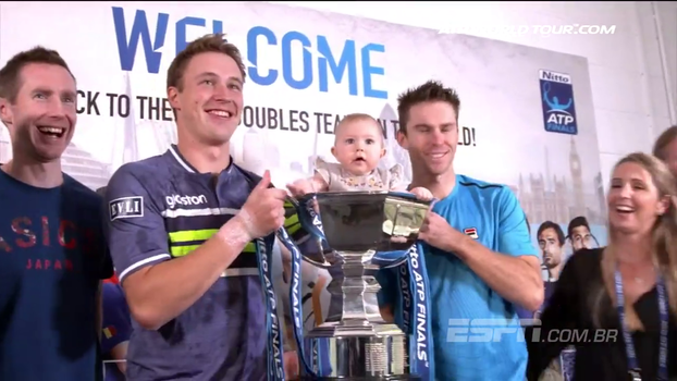 Com apenas 6 meses, filha de John Pearce rouba a cena dentro troféu conquistado pelo pai no ATP Finals