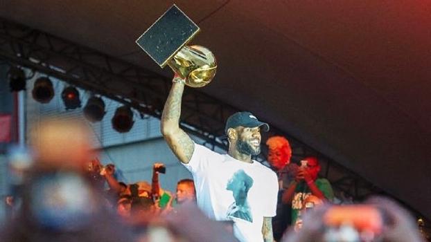 Missão cumprida: LeBron leva troféu de campeão da NBA à cidade natal