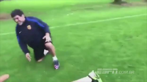 Maradona faz golaço de falta em brincadeira e comemora com 'peixinho' - ESPN