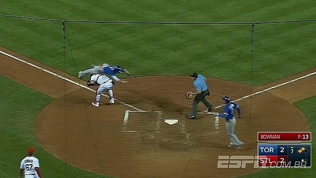 Jogador de beisebol dá salto mortal, escapa da eliminação e anota corrida; veja
