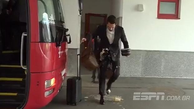 Segura, Hummels! Zagueiro do Bayern se atrapalha todo e faz lambança antes de entrar no ônibus
