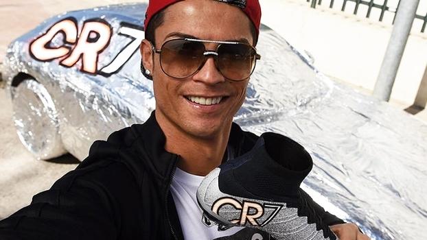Cristiano Ronaldo transforma carro de Quaresma em chuteira 87204e1f879f6