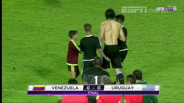 Cavani é cercado por pequenos fãs após empate entre Venezuela e Uruguai