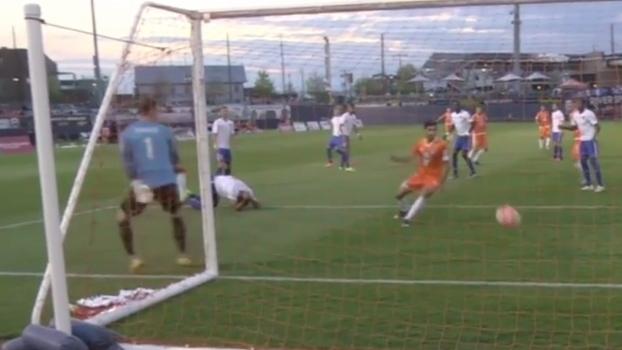 Bizarro! Jogador se lesiona, fica no chão e faz gol contra sem saber nos EUA