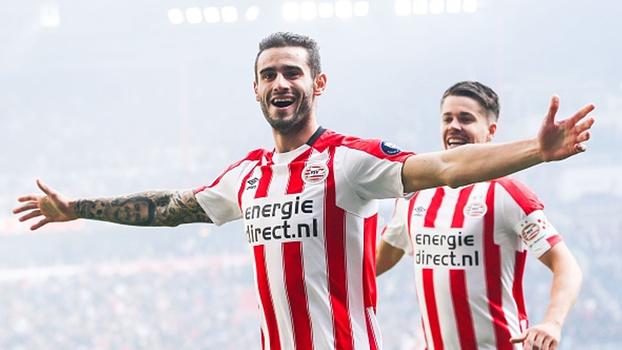 Com um a mais, PSV passa sufoco, mas vence Feyenoord e encosta na liderança