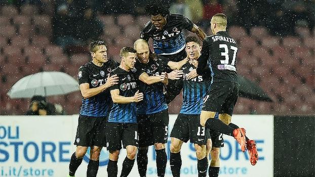 Com dois gols de zagueiro e jogando com um a menos, Atalanta vence Napoli e encosta na zona da Champions