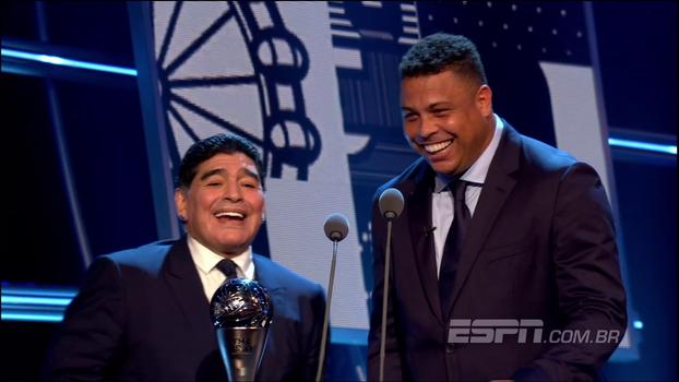 Ronaldo salva Maradona de gafe em prêmio da Fifa: 'Estou te cutucando aqui por baixo'