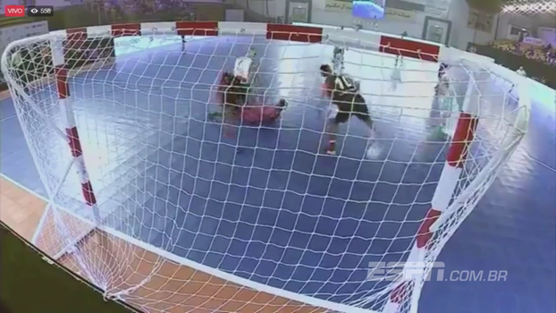 Mais uma do bruxo: Ronaldinho aproveita bobeira da zaga e faz de letra em torneio de futsal na Índia