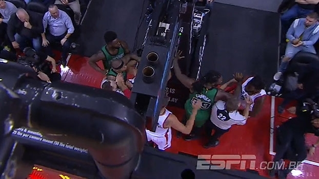 Ala dos Raptors empurra Isaiah Thomas e clima fecha com jogadores dos Celtics