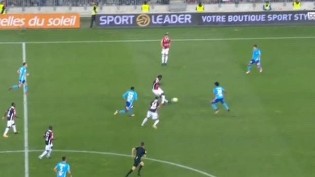 Qua-li-da-de! Balotelli faz inversão de jogo com um magnífico passe de letra