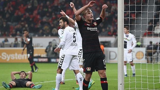 Chicharito perde pênalti no fim e Leverkusen tropeça no Freiburg
