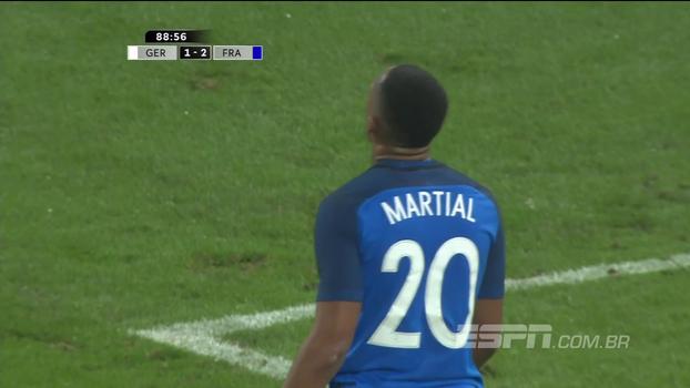 Após ótima troca de passes, Martial sai de frente com Trapp, mas finaliza mal e o goleiro defende