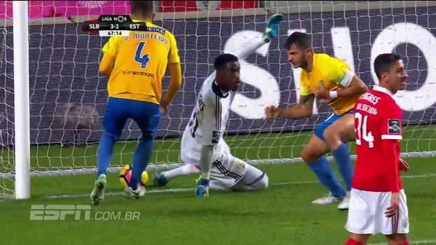 Kléber, ex-Palmeiras, faz gol com a mão contra o Benfica, mas árbitro de vídeo é chamado e anula; VEJA