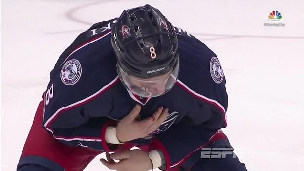 Duplo azar! Jogador da NHL toma puck no rosto e seu time toma o gol
