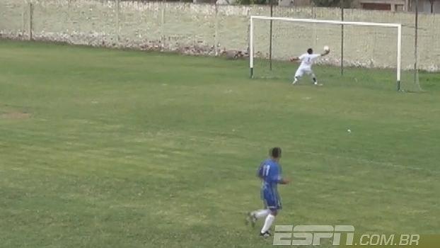 Goleiro faz graça, se atrapalha e faz gol contra mais estranho da história; veja