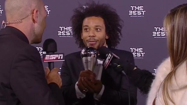 Melhor lateral esquerdo do mundo, Marcelo relembra trajetória e 'lambe' prêmio