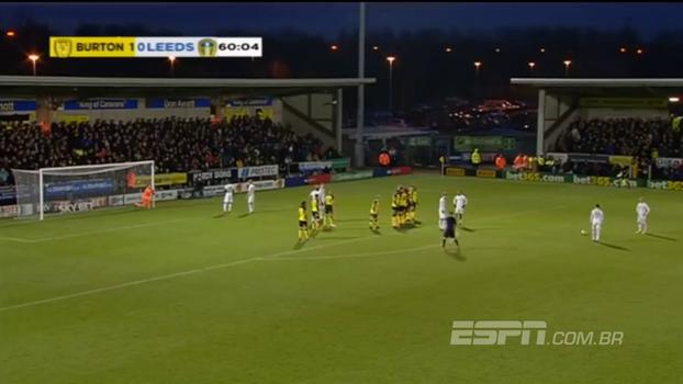 Movimentação ensaiada em falta acaba em golaço do Leeds