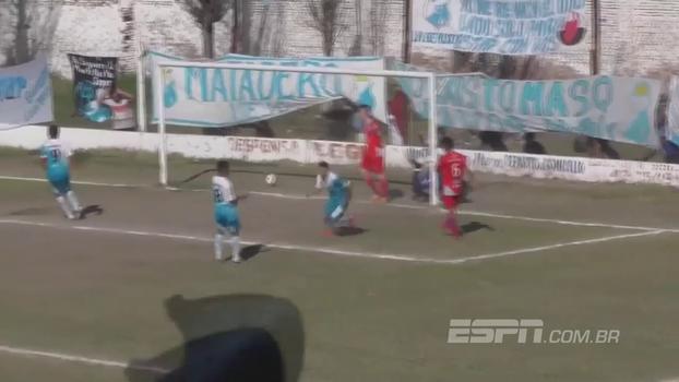 Olha isso! Zagueiro tenta cortar cruzamento e faz lambança na quarta divisão da Argentina