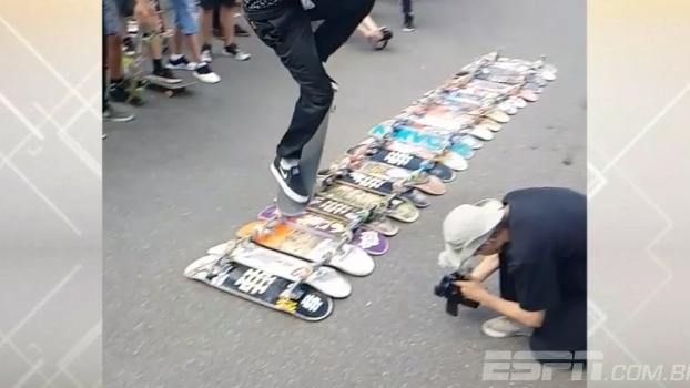 Incrível! Skatista pula por cima de 22 skates e deixa todos boquiabertos