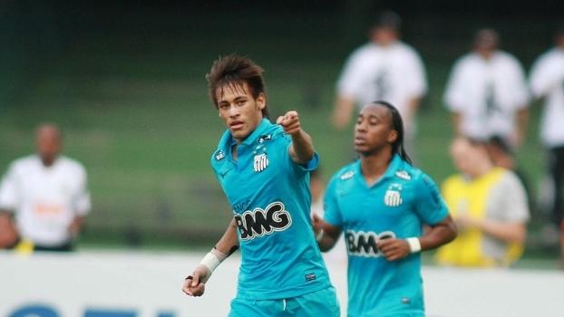 Com direito a costurada na defesa, Neymar fez dois e decidiu contra o Coritiba em 2012