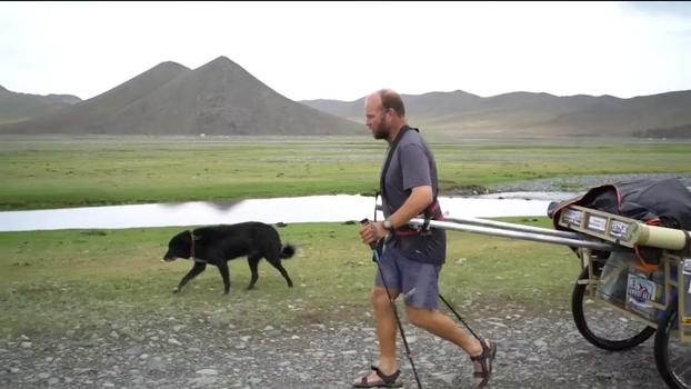 80 dias e mais de 20 mil tacadas: dupla atravessa a Mongólia jogando golfe e ganha companhia de cachorro