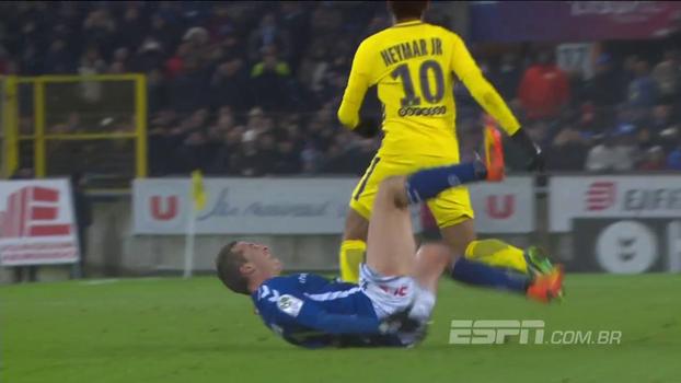 Jogador do Strasbourg sofre falta de Neymar, dá cambalhotas e faz cara de muita dor... mas foi para tudo isso?