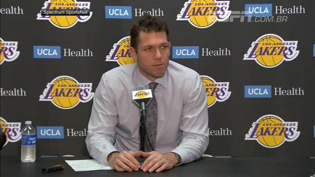 Técnico dos Lakers brinca com pai falastrão de Lonzo: 'Estava falando m... demais, então eu o tirei'