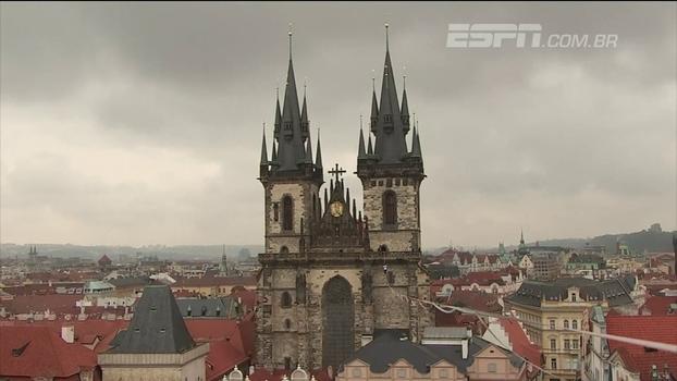 Praticantes de slackline atravessam praça em Praga, na República Tcheca, e geram imagens fantásticas