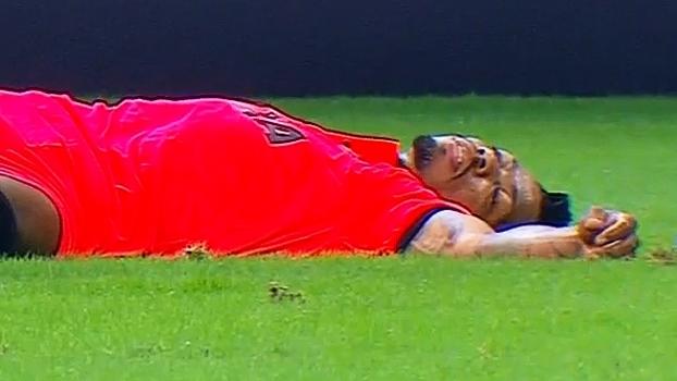 Marinho leva tranco de Henrique e cai desacordado antes de fazer gol para o Vitória