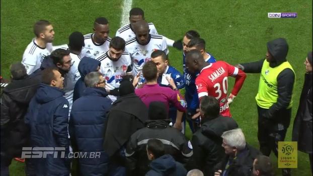Troyes pressiona, reclama do árbitro de vídeo e no fim do jogo consegue gol sofrido para bater o Amiens