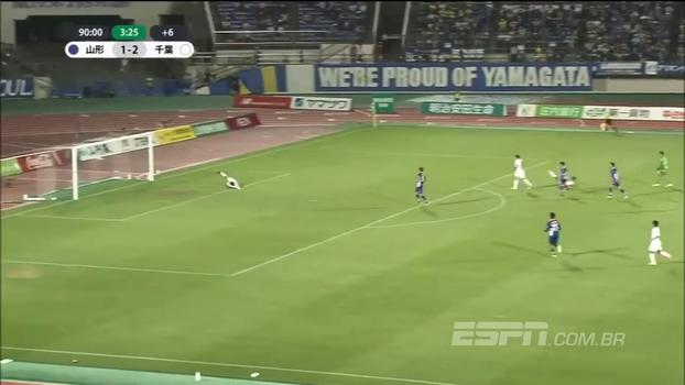 No Japão, vencendo por 2 a 1, goleiro 'inova' na saída do gol e entrega o empate de bandeja; veja a lambança