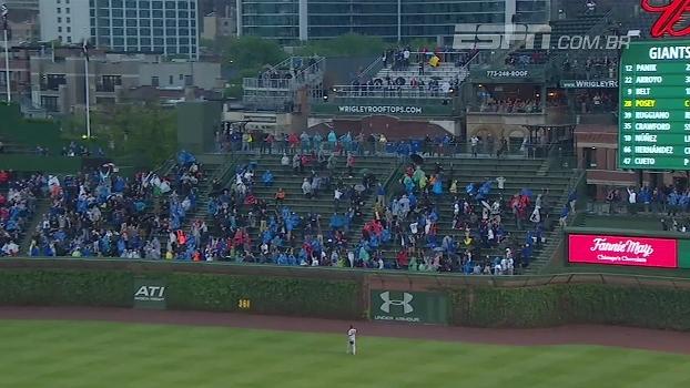 Na MLB, jogador rebate home run de 140 metros, e bola vai parar fora do estádio
