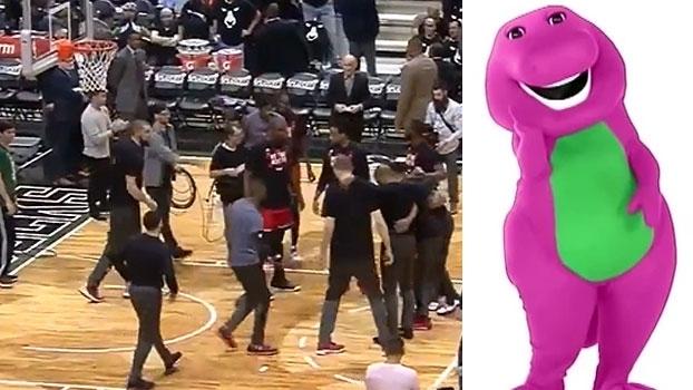 Bucks colocam tema de 'Barney' para entrada dos Raptors em quadra