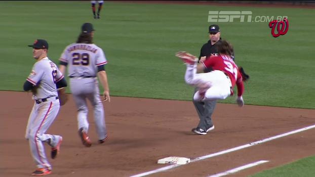 Estrela do beisebol escorrega em base molhada, 'voa' no campo e tem grave lesão no joelho