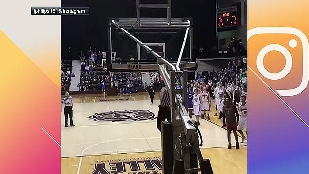 Árbitro faz enterrada absurda em jogo de High School e ginásio vai à loucura