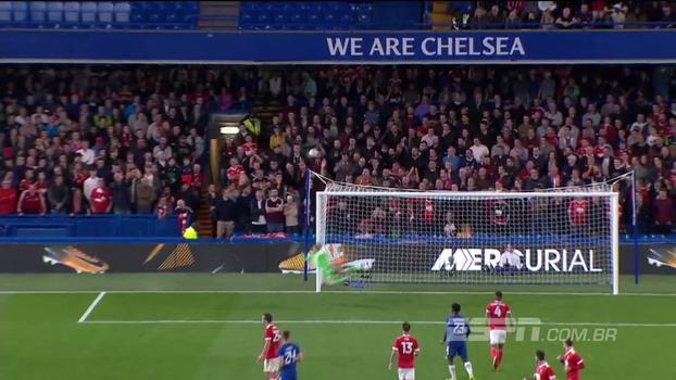 Tempo real: Kenedy arrisca 'bomba' de fora da área, e a bola passa perto do gol do Nottingham