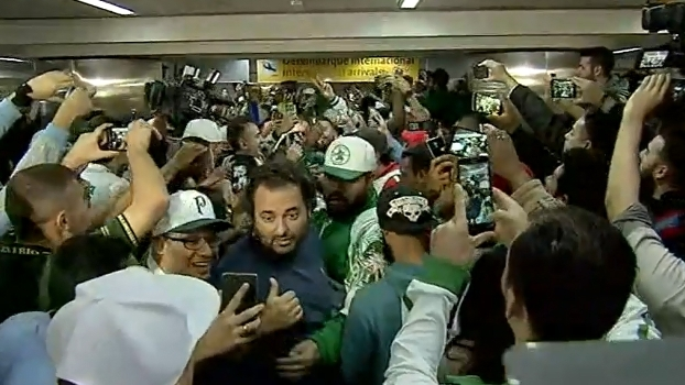 Felipe Melo tem nome gritado por torcedores durante desembarque do Palmeiras; veja