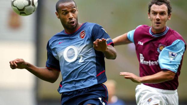West Ham saiu na frente com gol de Joe Cole, mas pintura de Henry iniciou a reação do Arsenal em 2002