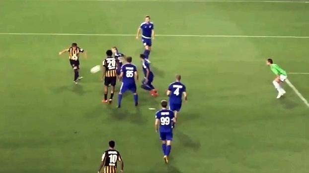 No Cazaquistão, Arshavin dá lindos dribles e toca por cima de goleiro para anotar golaço