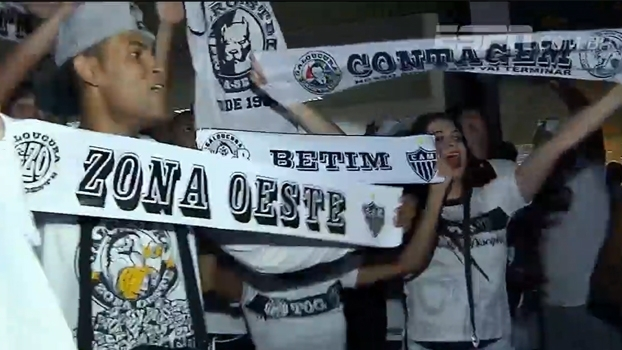 Torcida do Atlético-MG vai ao aeroporto receber time com festa; jogadores elogiam
