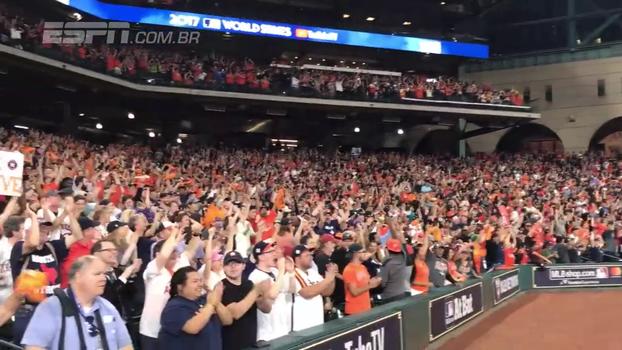 O jogo foi em Los Angeles, mas torcedores do Houston Astros lotaram estádio para acompanhar World Series no telão