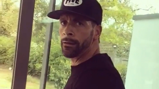Aposentado, Rio Ferdinand faz treino intenso na academia e mostra força e equilíbrio
