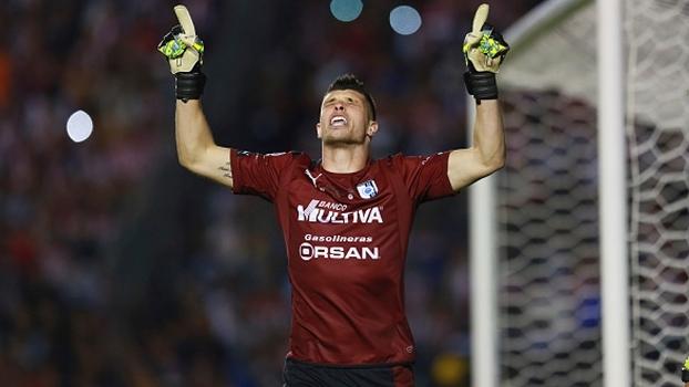 Ex-Figueirense fecha o gol, converte pênalti e vira herói do 1º título do Querétaro; veja defesas