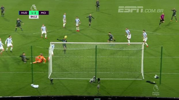 Gabriel Jesus recebeu na área, goleiro fez a defesa, mas bola bateu em Sterling e entrou; veja o gol da vitória do City