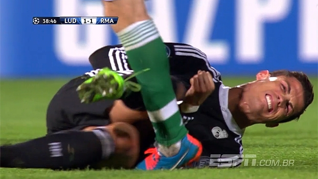 Tempo real: Após levar trombada e cair, Cristiano Ronaldo chuta adversário
