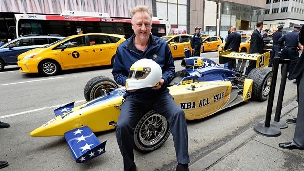 Larry Bird dirige carro da Fórmula Indy em Nova York; veja